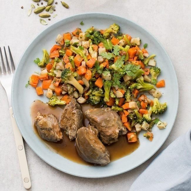 Joue de porc à la cardamome, topinambours, carottes et brocolis