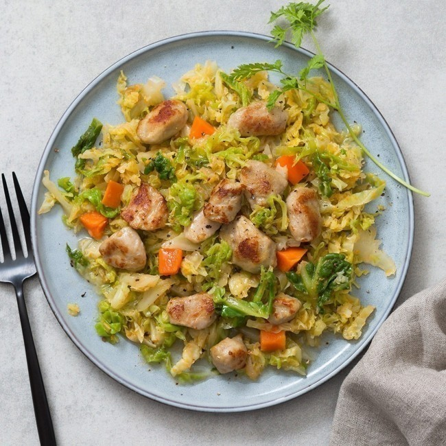 Médaillons de poulet et son embeurrée de chou vert et petites carottes