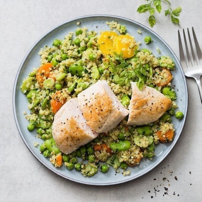 Filet de poulet, petits légumes de printemps, quinoa et menthe fraîche
