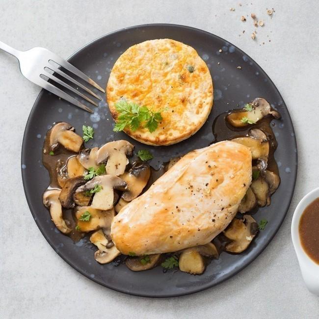 Filet de poulet, flan de courgettes, champignons sautés et son jus d'estragon