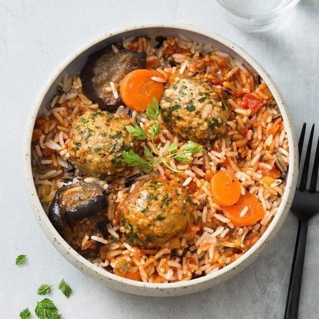 Boulettes de boeuf, duo de riz blanc et sauvage, compotée de tomates.