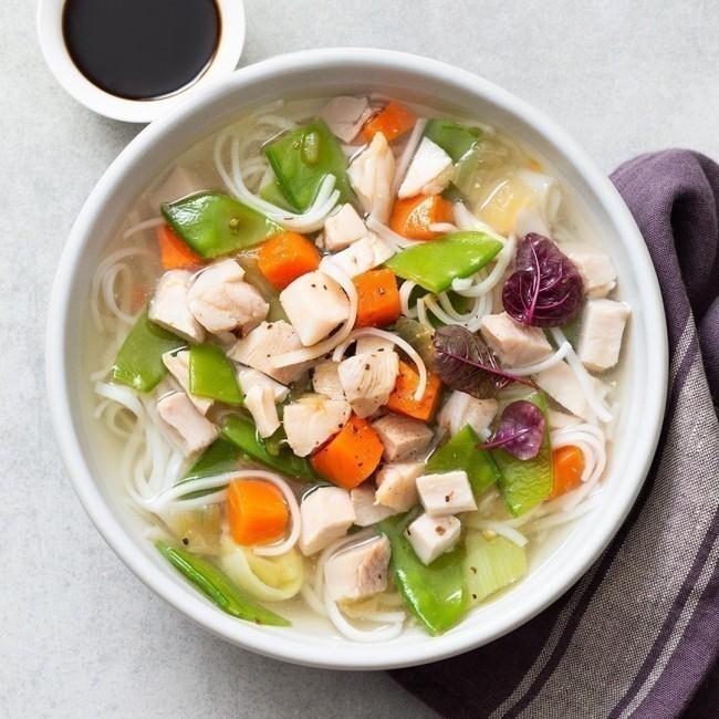 Bouillon Thaï à la volaille, vermicelle de riz et légumes croquants