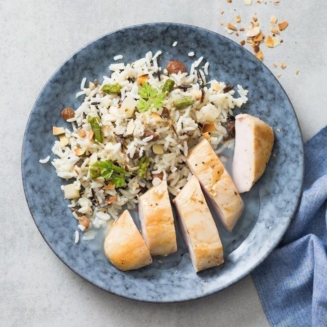 Filet de poulet, riz blanc aux légumes verts sauce poulette