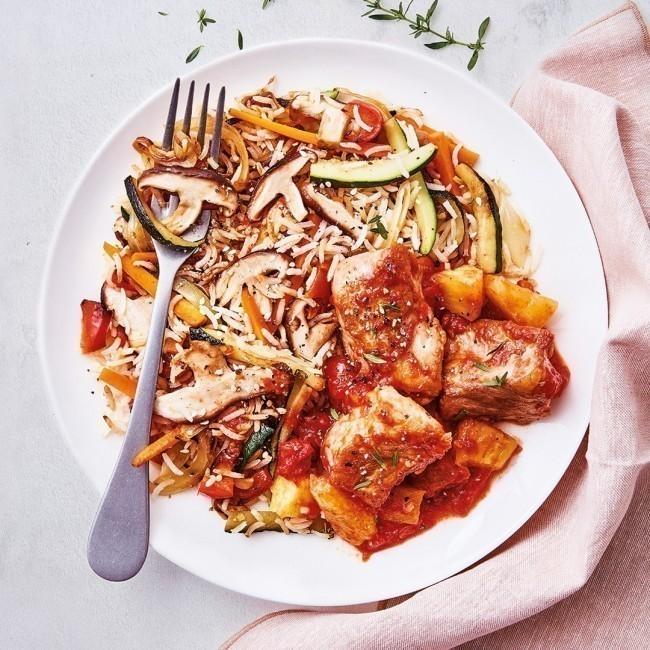 Porc à la sauce aigre douce, wok de légumes et riz sauté