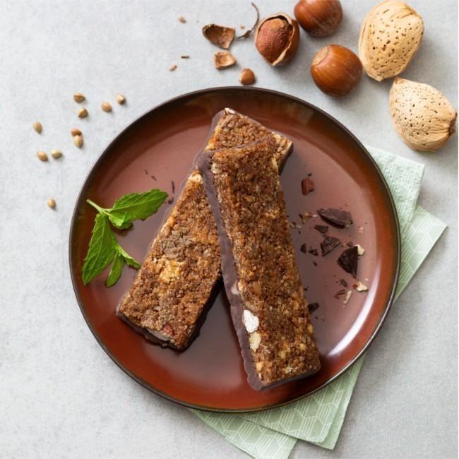 Barre de céréales aux noisettes, amandes sur talon de chocolat noir