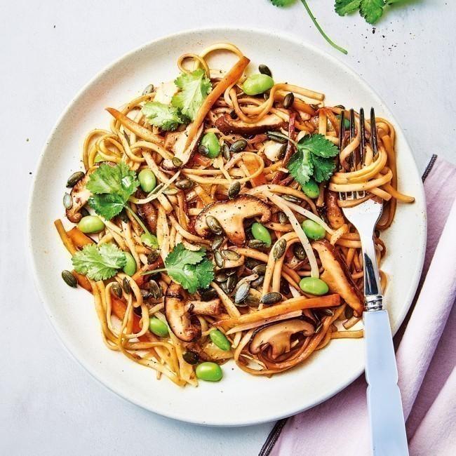 Wok de nouilles asiatiques aux petits légumes